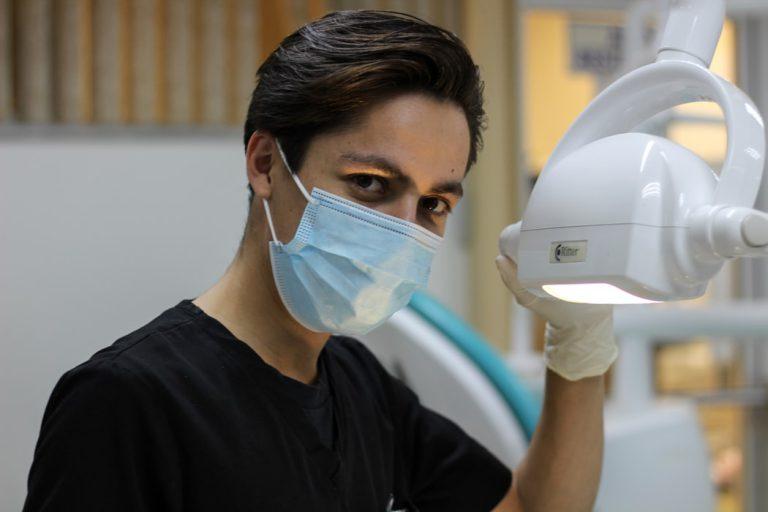 Jak sobie radzić z dentofobią, a więc z lękiem przed dentystą?